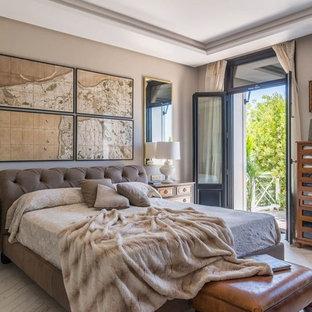 Foto de dormitorio principal, tradicional renovado, grande, sin chimenea, con paredes beige, suelo de madera clara y suelo beige