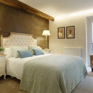 Modelo de dormitorio principal, tradicional, de tamaño medio, sin chimenea, con paredes multicolor