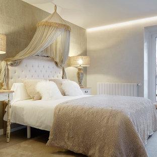 Modelo de dormitorio principal, clásico, de tamaño medio, con paredes blancas