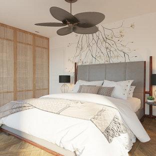 Ejemplo de dormitorio principal, contemporáneo, de tamaño medio, con paredes blancas y suelo marrón