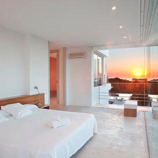 Diseño de dormitorio principal, mediterráneo, sin chimenea, con paredes blancas, suelo de cemento y suelo gris