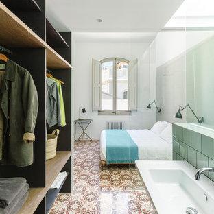 Imagen de dormitorio principal, mediterráneo, con paredes blancas, suelo multicolor y suelo de baldosas de cerámica