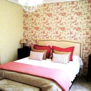 Esempio di una camera matrimoniale stile shabby di medie dimensioni con pareti verdi e pavimento in marmo