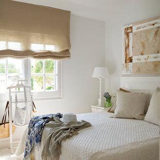 Modelo de dormitorio principal, marinero, de tamaño medio, con paredes blancas, suelo beige y suelo de madera pintada