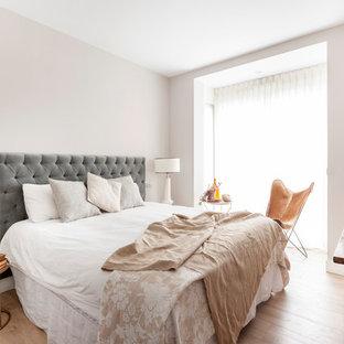 Foto de dormitorio principal, nórdico, sin chimenea, con paredes rosas y suelo de madera clara