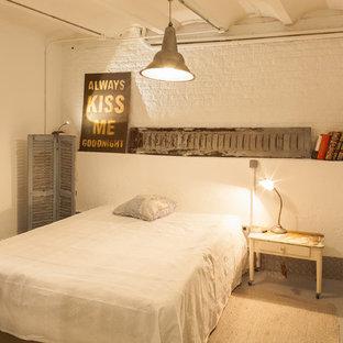 Diseño de dormitorio urbano con paredes blancas y suelo gris