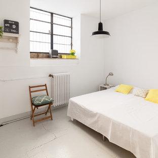 Diseño de dormitorio ecléctico con paredes blancas, suelo de cemento y suelo gris