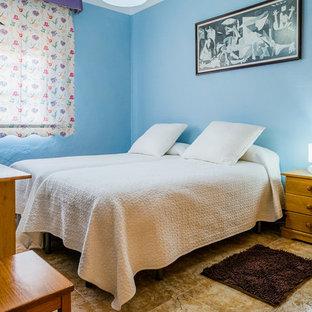Ejemplo de habitación de invitados tradicional renovada, de tamaño medio, sin chimenea, con paredes azules y suelo de travertino