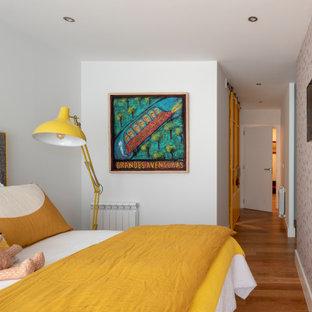 Ejemplo de dormitorio papel pintado, actual, papel pintado, con paredes rosas, suelo de madera en tonos medios, suelo marrón y papel pintado