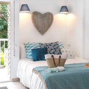 Ejemplo de dormitorio tradicional renovado con paredes blancas