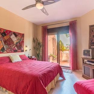 Imagen de dormitorio principal, mediterráneo, de tamaño medio, con paredes rosas, suelo de mármol y suelo beige