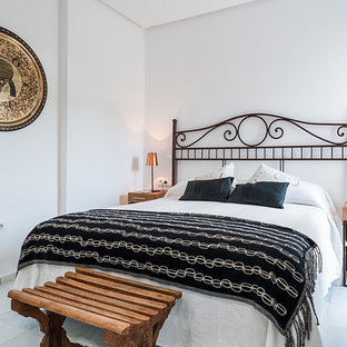 Diseño de habitación de invitados mediterránea con paredes blancas, suelo de mármol y suelo gris