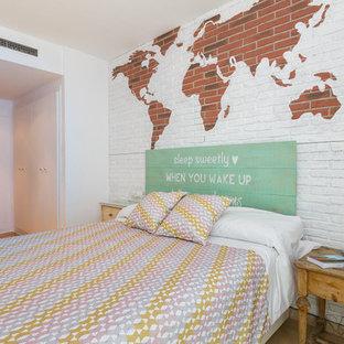 Modelo de dormitorio principal, urbano, de tamaño medio, con paredes blancas