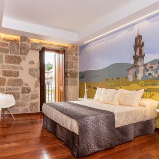 Diseño de dormitorio principal, campestre, extra grande, con paredes multicolor y suelo de madera oscura