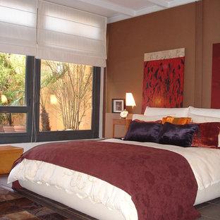Ejemplo de dormitorio principal, ecléctico, de tamaño medio, sin chimenea, con paredes marrones y suelo de baldosas de cerámica