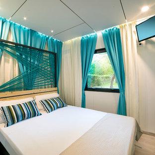 Ejemplo de dormitorio actual con paredes blancas, suelo de madera clara y suelo beige