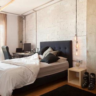 Modelo de dormitorio principal, urbano, grande, con paredes blancas, suelo de madera en tonos medios y suelo marrón