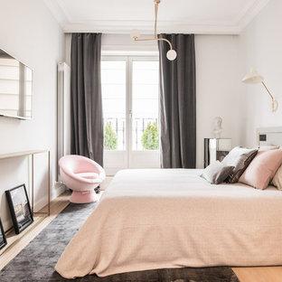 Modelo de dormitorio principal, contemporáneo, con paredes grises, suelo de madera clara y suelo beige