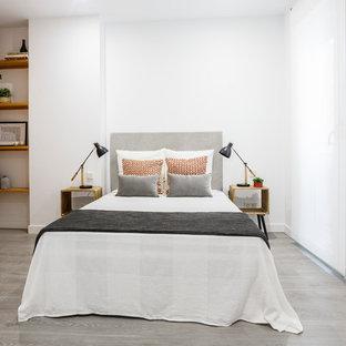 Foto de dormitorio escandinavo, de tamaño medio, con paredes blancas, suelo gris y suelo de madera clara