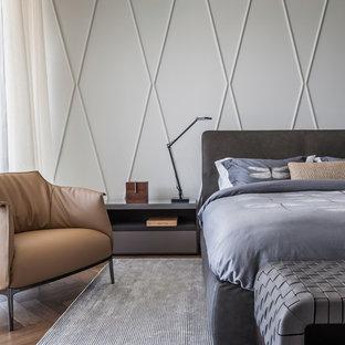 マイアミのコンテンポラリースタイルのおしゃれな寝室 (グレーの壁、無垢フローリング、茶色い床) のレイアウト