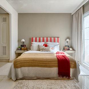 Imagen de dormitorio principal, de estilo de casa de campo, de tamaño medio, sin chimenea, con paredes grises y suelo de travertino