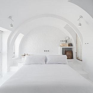 Modelo de dormitorio mediterráneo con paredes blancas y suelo blanco