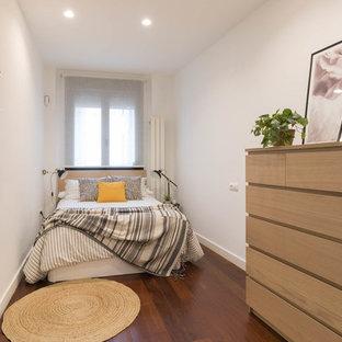 Modelo de habitación de invitados nórdica con paredes blancas, suelo de madera oscura y suelo marrón