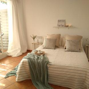 Идея дизайна: хозяйская спальня среднего размера в средиземноморском стиле с белыми стенами и полом из керамической плитки без камина