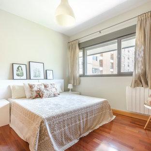 Foto de dormitorio principal, escandinavo, grande, con suelo de madera en tonos medios, suelo marrón y paredes beige