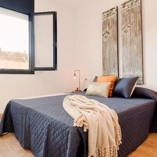 Diseño de dormitorio principal, actual, de tamaño medio, con paredes blancas, suelo beige y suelo de madera clara