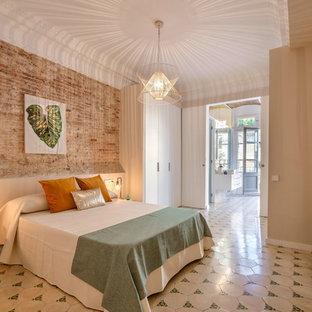 Imagen de dormitorio principal, mediterráneo, de tamaño medio, sin chimenea, con paredes beige, suelo de baldosas de cerámica y suelo blanco