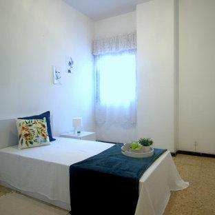 Foto de habitación de invitados nórdica, de tamaño medio, con paredes blancas, suelo de baldosas de cerámica y suelo naranja