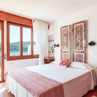 Diseño de dormitorio principal, marinero, de tamaño medio, sin chimenea, con paredes blancas, suelo rojo y suelo de ladrillo