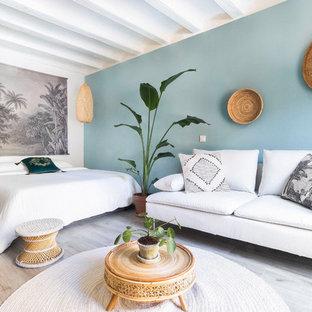 Foto de dormitorio principal, tropical, sin chimenea, con paredes azules y suelo beige
