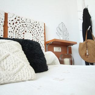 Esempio di una camera da letto stile shabby di medie dimensioni con pareti bianche, pavimento in marmo e pavimento marrone