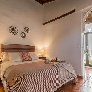 Diseño de habitación de invitados clásica renovada, pequeña, con paredes blancas, suelo de baldosas de terracota y suelo marrón