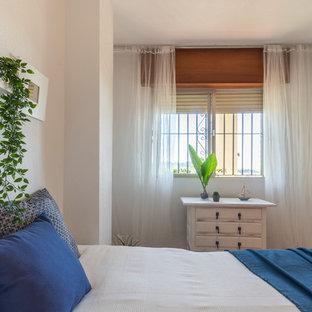 Ejemplo de dormitorio principal, marinero, de tamaño medio, con paredes blancas