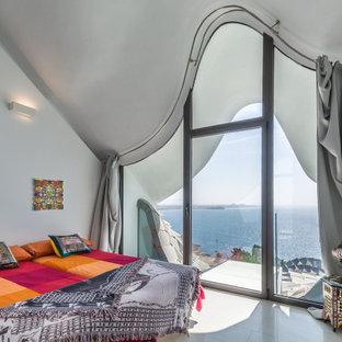 Foto de habitación de invitados actual, de tamaño medio, con paredes blancas y suelo blanco