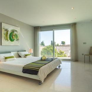 Diseño de habitación de invitados contemporánea, grande, con paredes blancas, suelo de mármol y suelo blanco