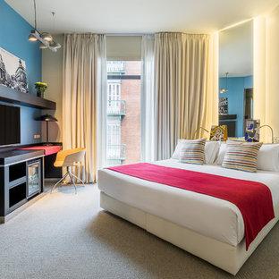 Modelo de dormitorio actual con moqueta, paredes azules y suelo gris