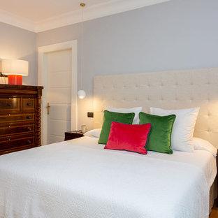 Diseño de dormitorio principal, clásico renovado, grande, con suelo marrón, paredes grises y suelo de madera en tonos medios