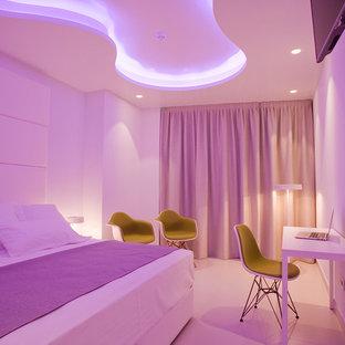 Modelo de dormitorio principal, contemporáneo, grande, con paredes blancas