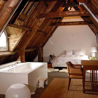 Idee per una camera da letto rustica con pareti bianche e parquet scuro