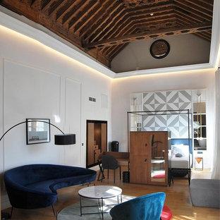 Foto de dormitorio principal, contemporáneo, grande, con paredes blancas, suelo de madera en tonos medios y suelo beige