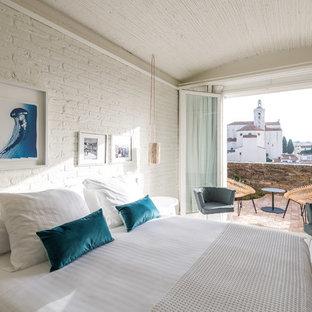 Foto de dormitorio principal, mediterráneo, con paredes blancas y suelo blanco