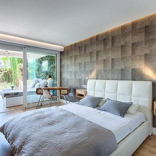 Ejemplo de dormitorio principal, contemporáneo, de tamaño medio, con paredes marrones, suelo de madera en tonos medios y suelo marrón