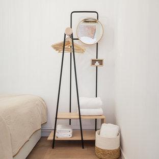 Imagen de dormitorio principal, mediterráneo, pequeño, con paredes blancas y suelo de baldosas de cerámica