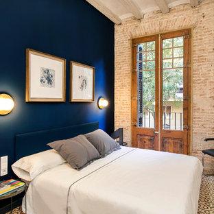 Ejemplo de habitación de invitados industrial, de tamaño medio, con paredes azules, suelo de baldosas de cerámica y suelo multicolor