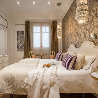 Ejemplo de dormitorio principal, bohemio, con paredes multicolor, suelo de madera en tonos medios y suelo marrón