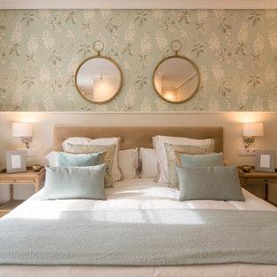 Ejemplo de dormitorio principal, tradicional renovado, grande, con paredes multicolor